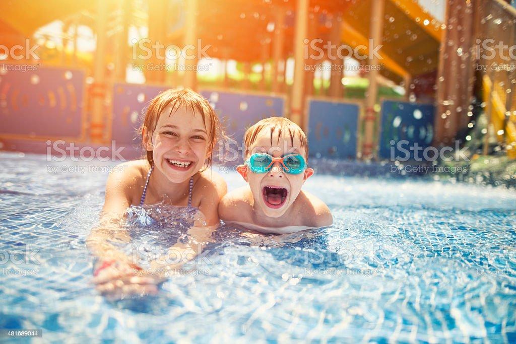 Brat i siostra zabawy w parku wodnym – zdjęcie