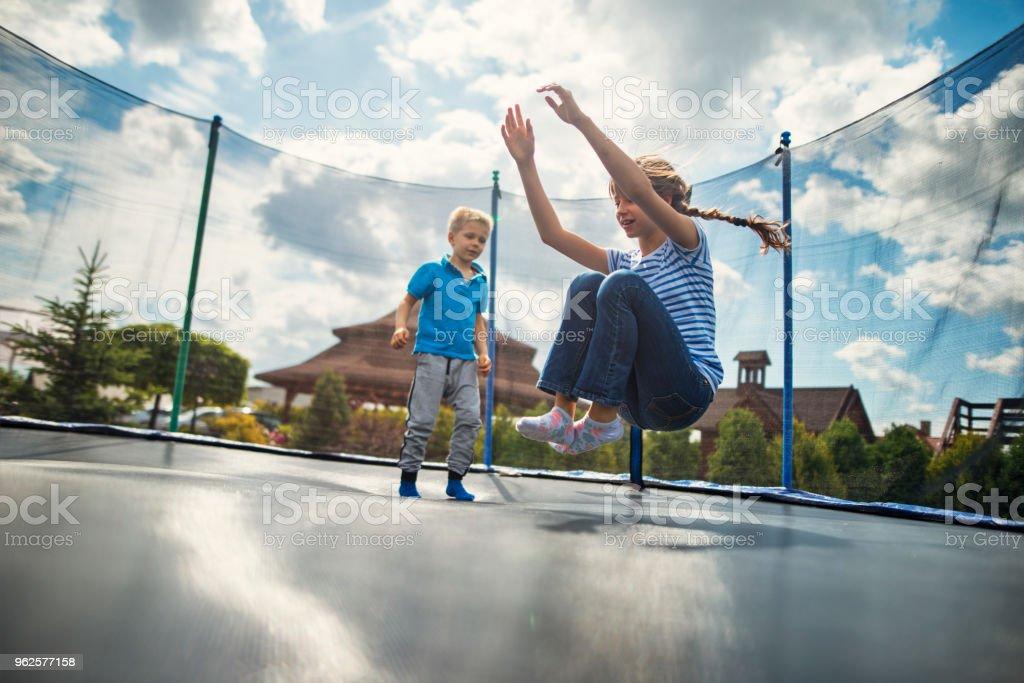 Bruder und Schwester auf großen Trampolin Springen – Foto
