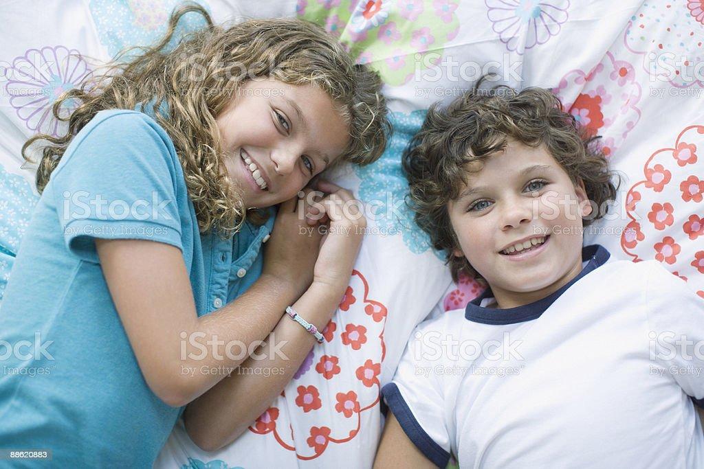 Frère et Soeur Allongez-vous sur le lit photo libre de droits
