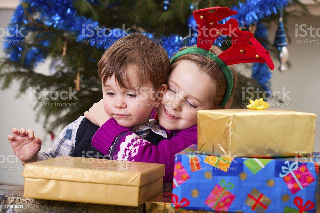 Regali Di Natale Fratello.Fratello E Sorella Guardando Di Regali Fotografie Stock E Altre