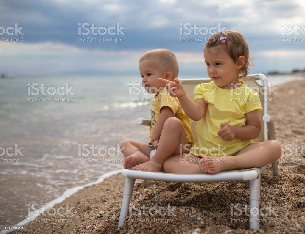 Hermano y hermana en la playa - foto de stock