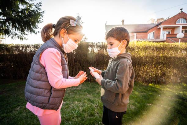Bruder und Schwester spielen im Hinterhof während Coronavirus Haus Quarantäne – Foto