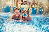 兄と妹は、リゾートのプールで遊ぶ。