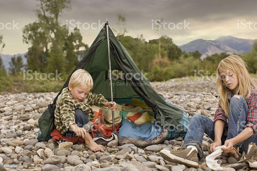 Brat i siostra Gra w małych Namiot zbiór zdjęć royalty-free
