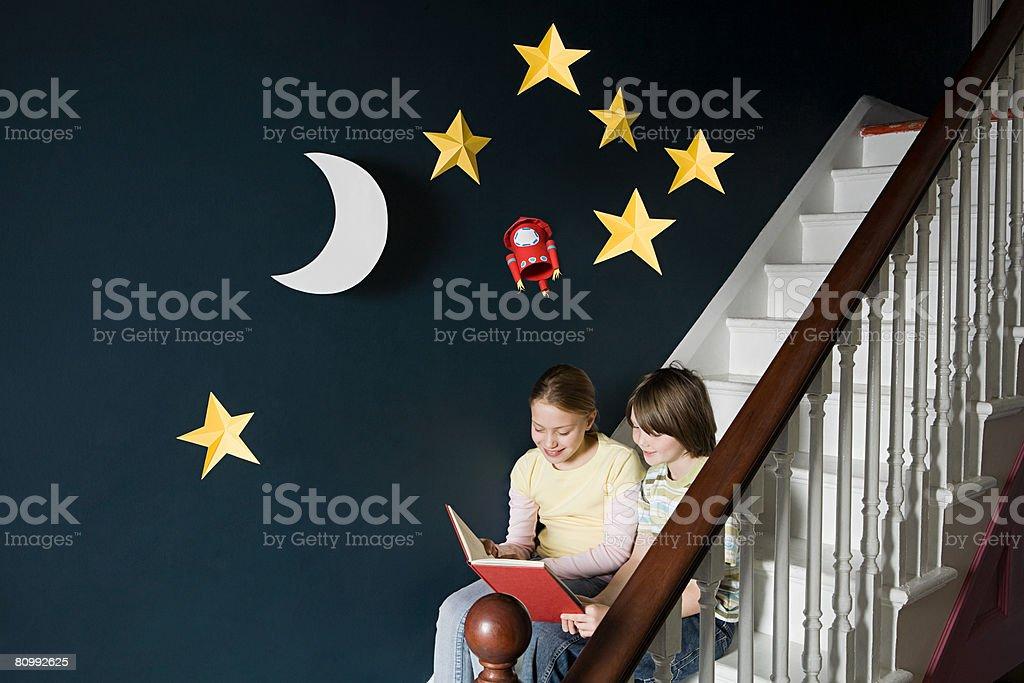 형제, 자매 책을 읽는 royalty-free 스톡 사진