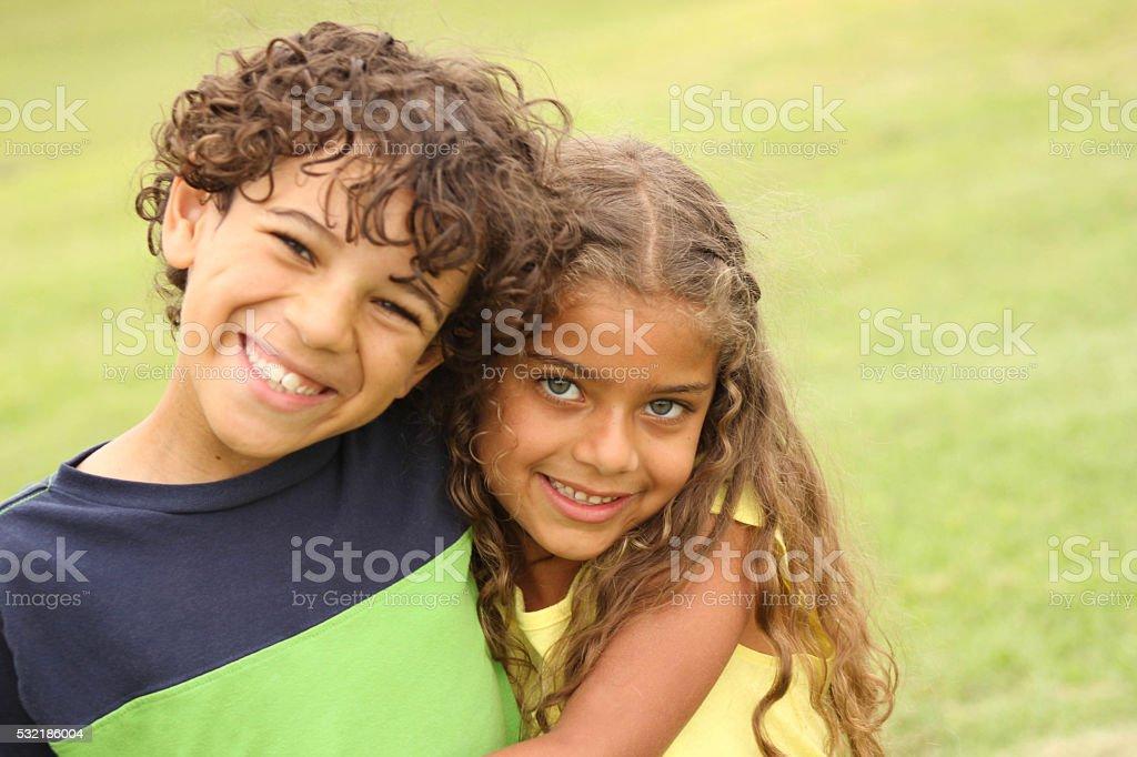 Bruder und Schwester lächelnd – Foto