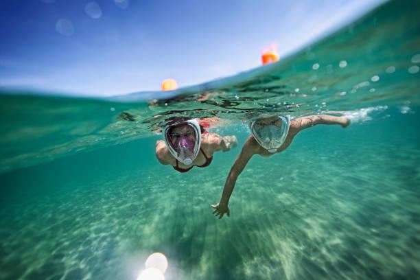 형제와 자매 바다에서 수 중 수영 - 스노클 뉴스 사진 이미지