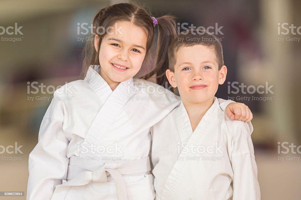 Hermano y hermana tomar Taekwondo - foto de stock