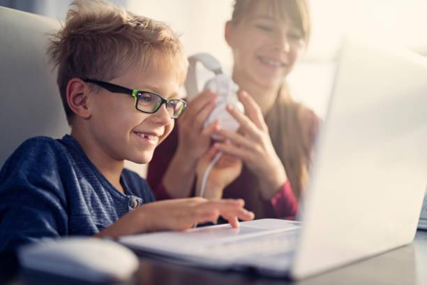 bruder und schwester mit laptop-computer zusammen - sanft und sorgfältig stock-fotos und bilder