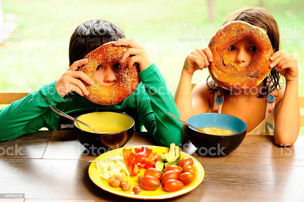 Bruder, Schwester Essen Frühstück, Spielen mit einem bagel. – Foto