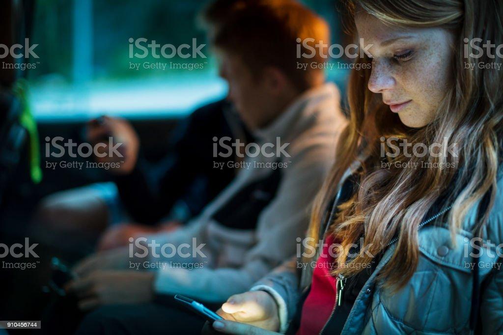 Brüder und Schwester zusammen ansehen Handy – Foto