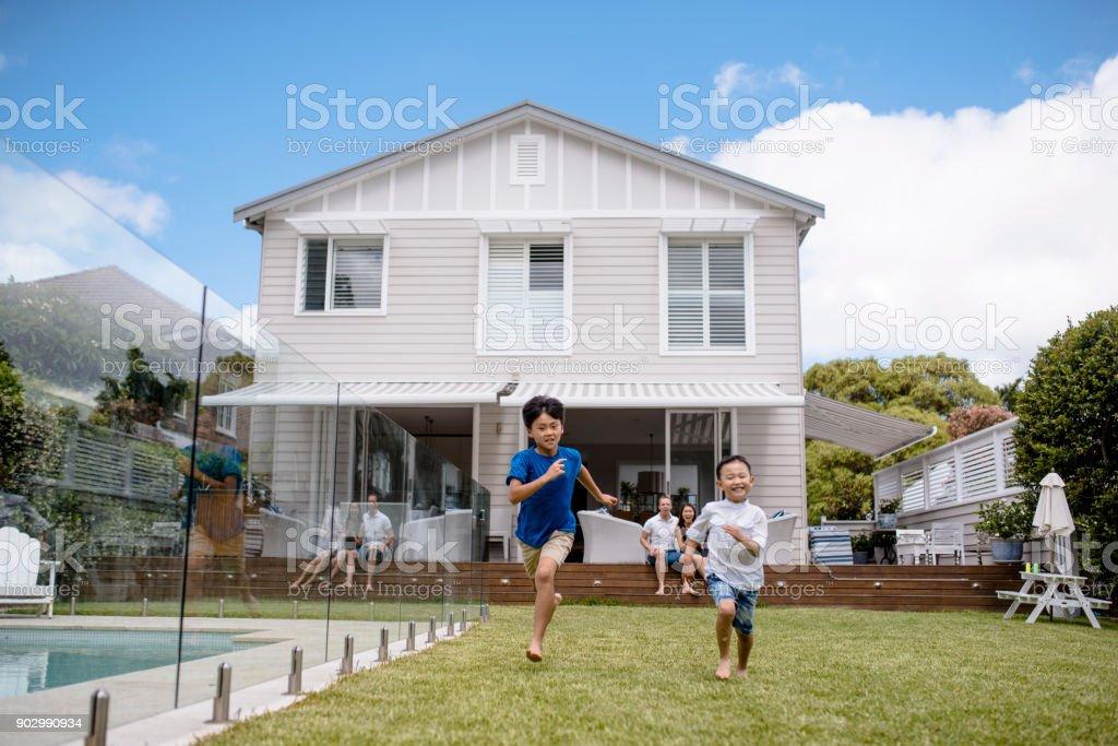 Brüder spielen im Freien im Frühjahr – Foto
