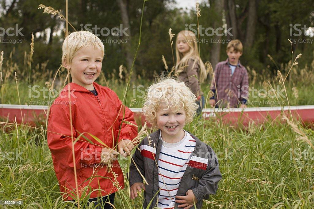 Bracia stojąc w wysokich traw Śmiać się zbiór zdjęć royalty-free