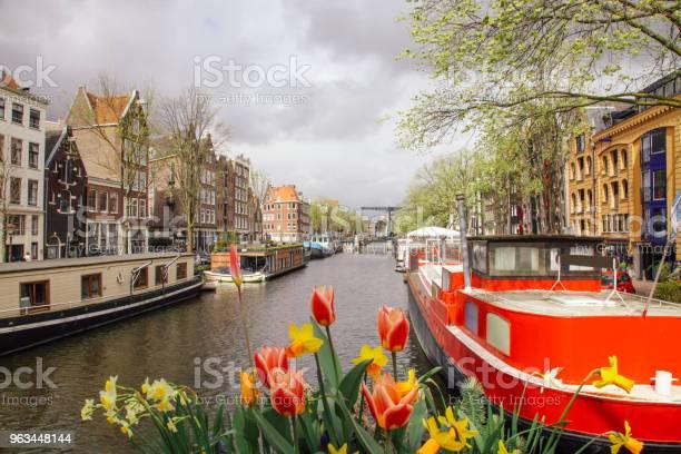 Brouwersgracht Łodzie Kanałowe W Amsterdamie Holandia - zdjęcia stockowe i więcej obrazów Amsterdam