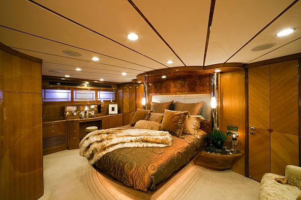 gold und braun schlafzimmer auf der yacht - nautisches schlafzimmer stock-fotos und bilder