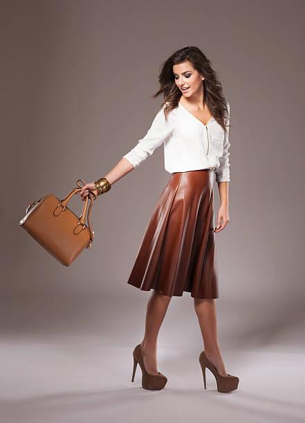 brown den angesagtesten farben der saison - damen rock braun stock-fotos und bilder