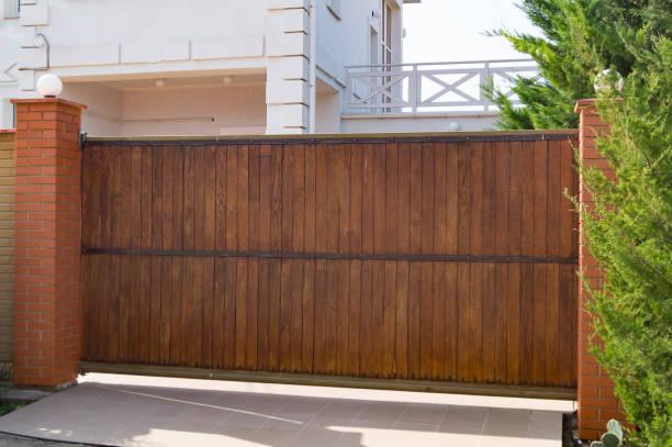 民家の自動茶色の木の門 - 門 ストックフォトと画像