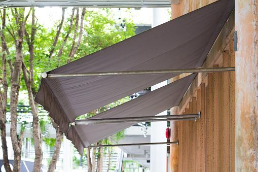 Restoran Windows Üzerinde Kahverengi Tente Stok Fotoğraflar & Aydınlık'nin Daha Fazla Resimleri