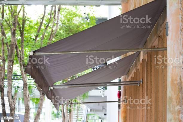 Toldo De Color Marrón Sobre Ventanas Del Restaurante Foto de stock y más banco de imágenes de Aire libre