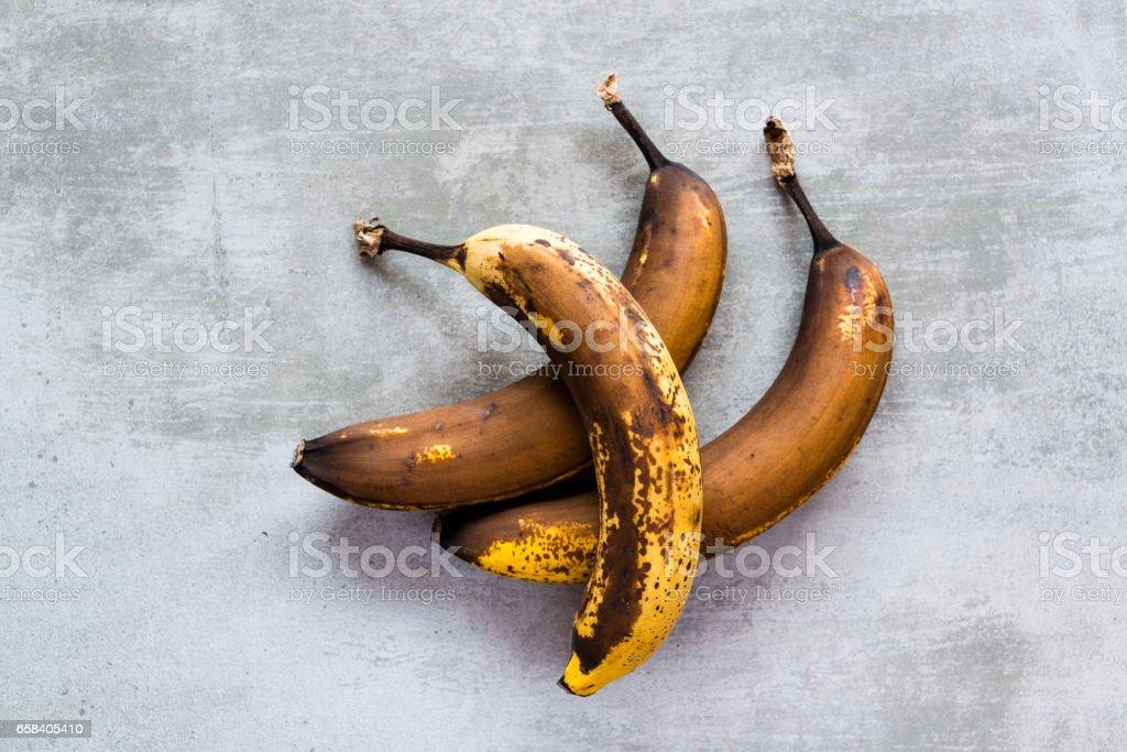 Marrón plátanos en una mesa de hormigón - foto de stock