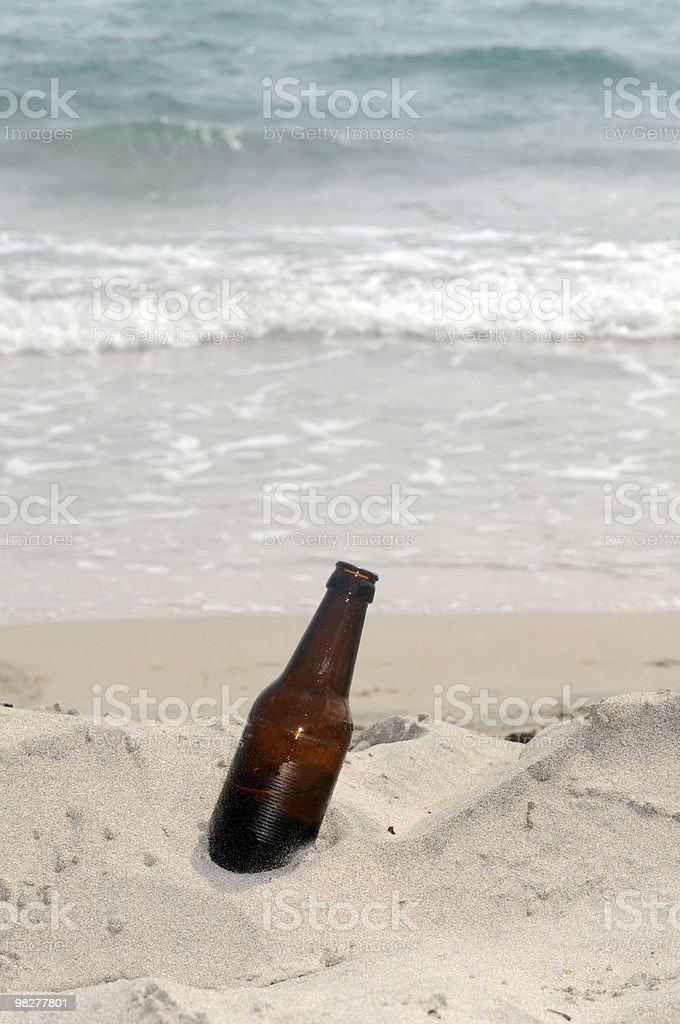 브라운 맥주병 해변 royalty-free 스톡 사진