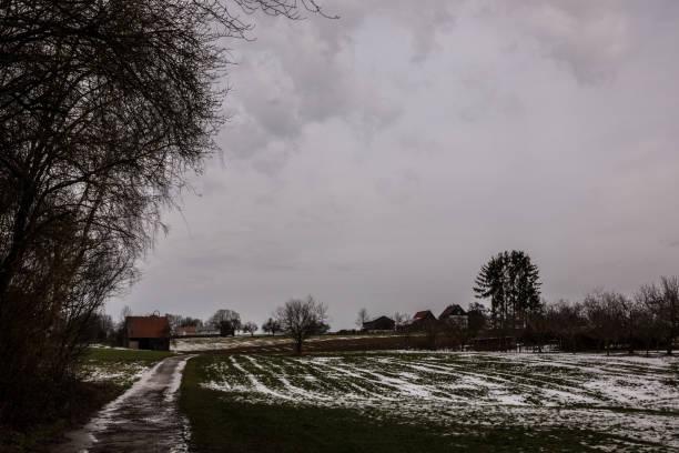 Braune Hütte auf der eisgrünen Wiese im Winter – Foto