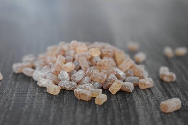 갈색 사탕 설탕 - 바위 사탕 - 배경으로 사용할 수 있습니다 스톡 사진