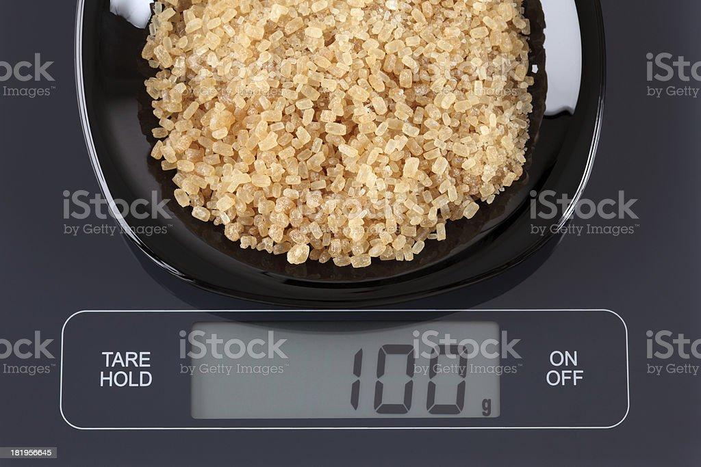 Marrón azúcares en Caña de báscula de cocina - foto de stock