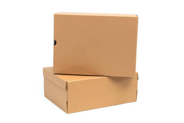 Kahverengi karton ayakkabı kutusu beyaz kırpma yoluyla izole ayakkabı ya da spor ayakkabı ürün ambalaj mockup için kapak. stok fotoğrafı