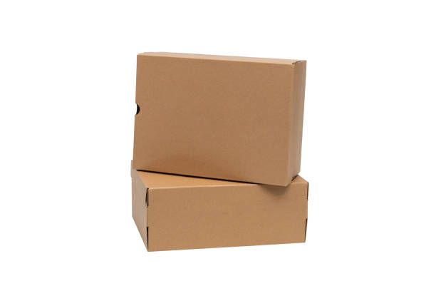 Ayakkabı veya Sneaker ürün paketleme mockup için kapak ile kahverengi karton ayakkabı kutusu, kırpma yolu ile beyaz izole. stok fotoğrafı