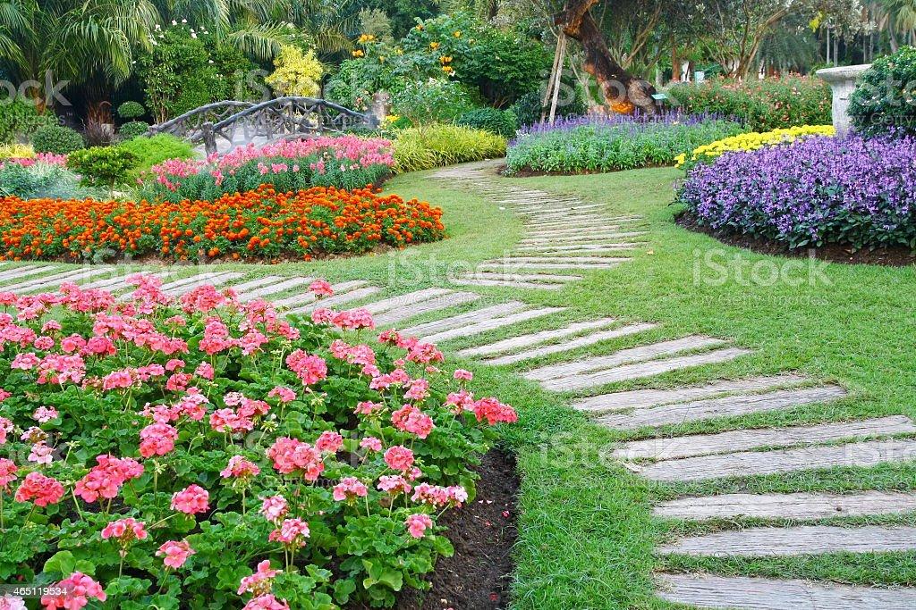 Marrone una sedia in un giardino con fiori percorso - foto stock