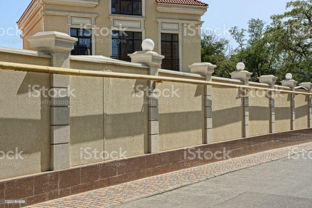 Braune Betonzaun Vor Einem Haus In Der Strasse In Der Nahe Eine