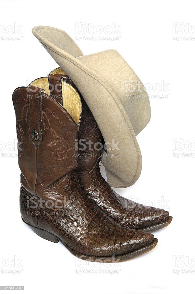 Braune Cowboystiefel und Filz Hut auf weißem Hintergrund – Foto
