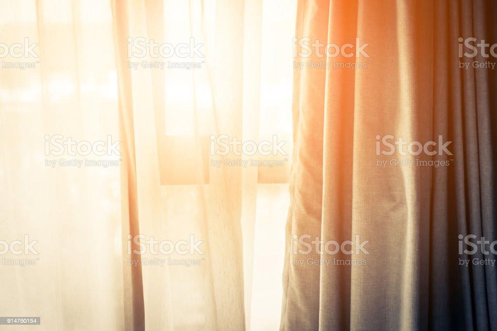 Rideau brun avec beau soleil lumière et d'ombre photo libre de droits