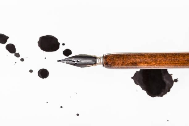 brauner tauchstift und schwarze farbblöcke auf weißem papier - dip gefärbt stock-fotos und bilder