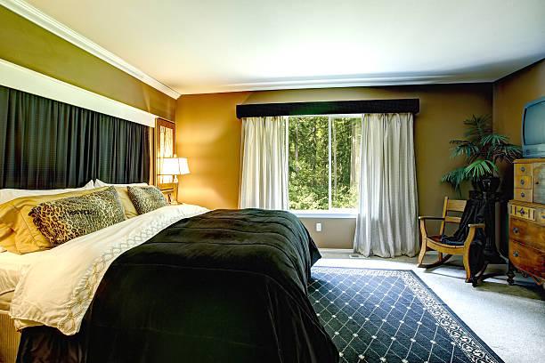brown elegante schlafzimmer interieur mit kissen und geparden black, bett - geparden schlafzimmer stock-fotos und bilder