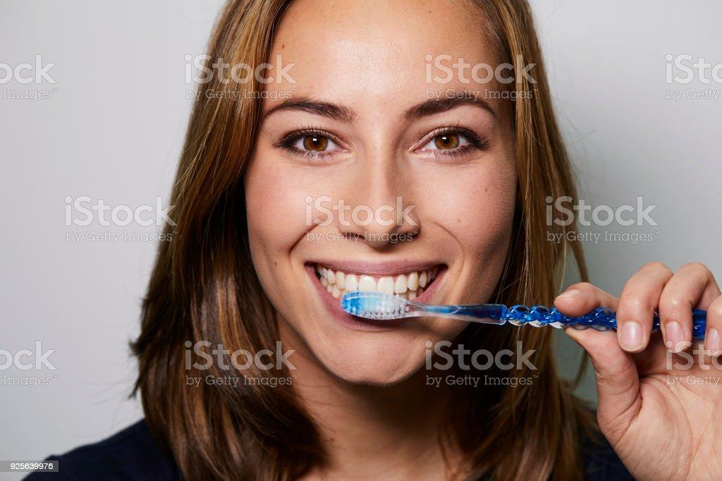 Brown eyed girl brushing – zdjęcie