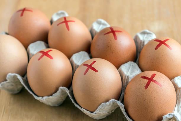 bruin boerderij eieren met rode kruis in wit karton. eieren herinneren over salmonella. hoe om te kopen van de veiligste eieren na terugroeping - chicken bird in box stockfoto's en -beelden