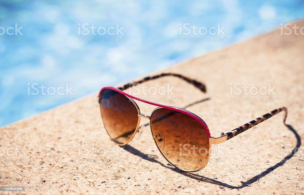 Brown funky Sonne Brille Nähe Swimmingpool – Foto