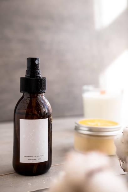 braun glas kosmetikflaschen mit white-label - glaswaschtisch stock-fotos und bilder
