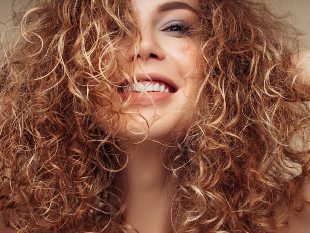 볼륨감 있는 헤어스타일을 가진 갈색 머리 여자 - 파마 뉴스 사진 이미지