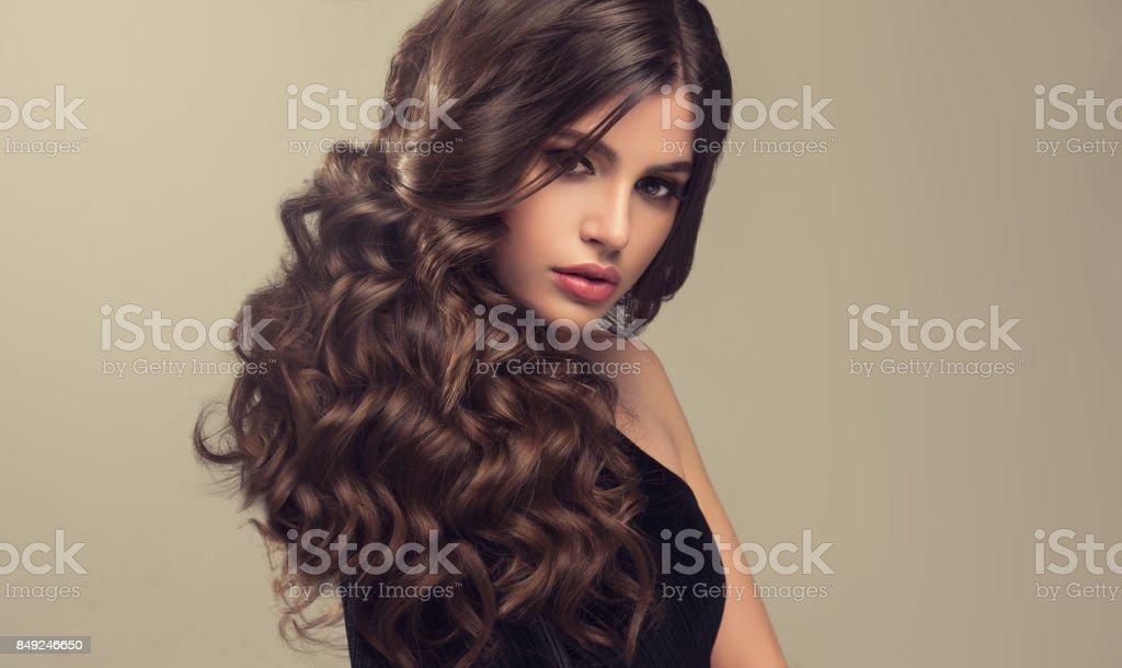 Braune Dunkelhaarige Frau Mit Voluminös Glänzend Und Lockige Frisur