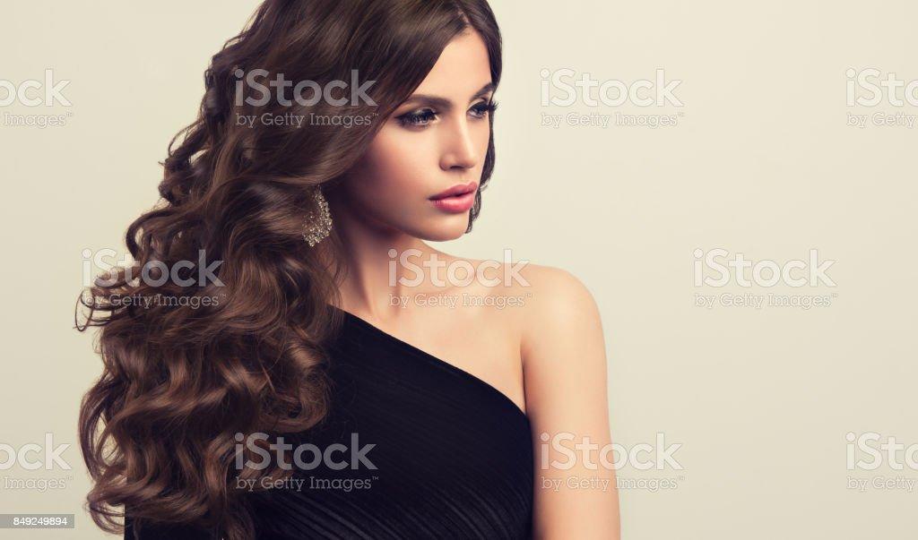 Braune Dunkelhaarige Frau Mit Voluminos Glanzend Und Lockige Frisur