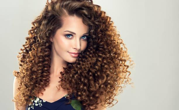 볼륨, 빛나는, 곱슬 헤어스타일으로 갈색 머리 여자. 곱슬 머리입니다. - 파마 뉴스 사진 이미지
