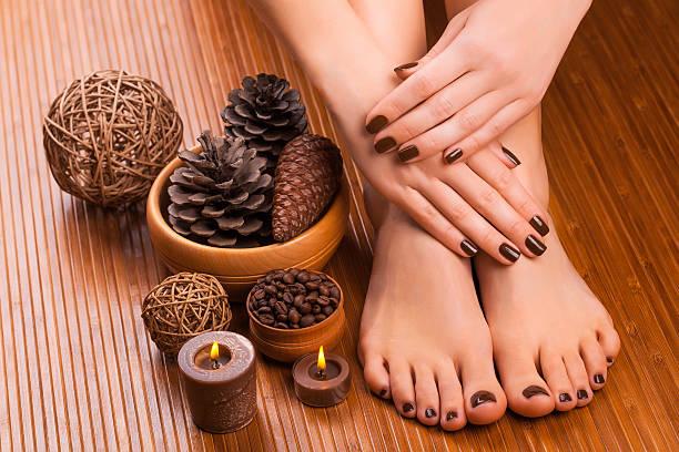 brown manicure e pedicure sul bianco - pedicure foto e immagini stock