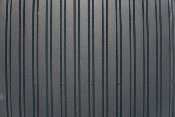 braune metallplatte. abstellgleis. nahtlose oberfläche aus verzinktem stahl. industriegebäude wand hergestellt aus wellpappe blech, flachen hintergrund fototexturen. - alu zaun stock-fotos und bilder