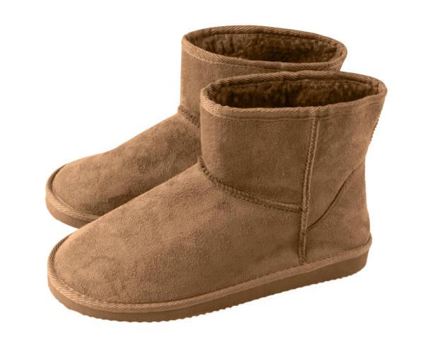 braune paar kurzen winter ugg stiefel isoliert weiss - lammfellstiefel stock-fotos und bilder