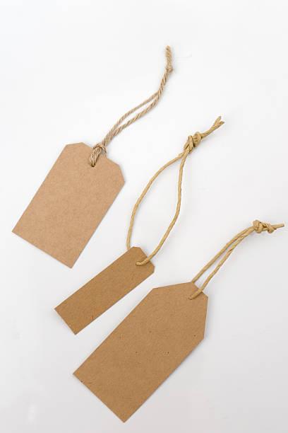 brown papaer price tag - gepäck verpackung stock-fotos und bilder