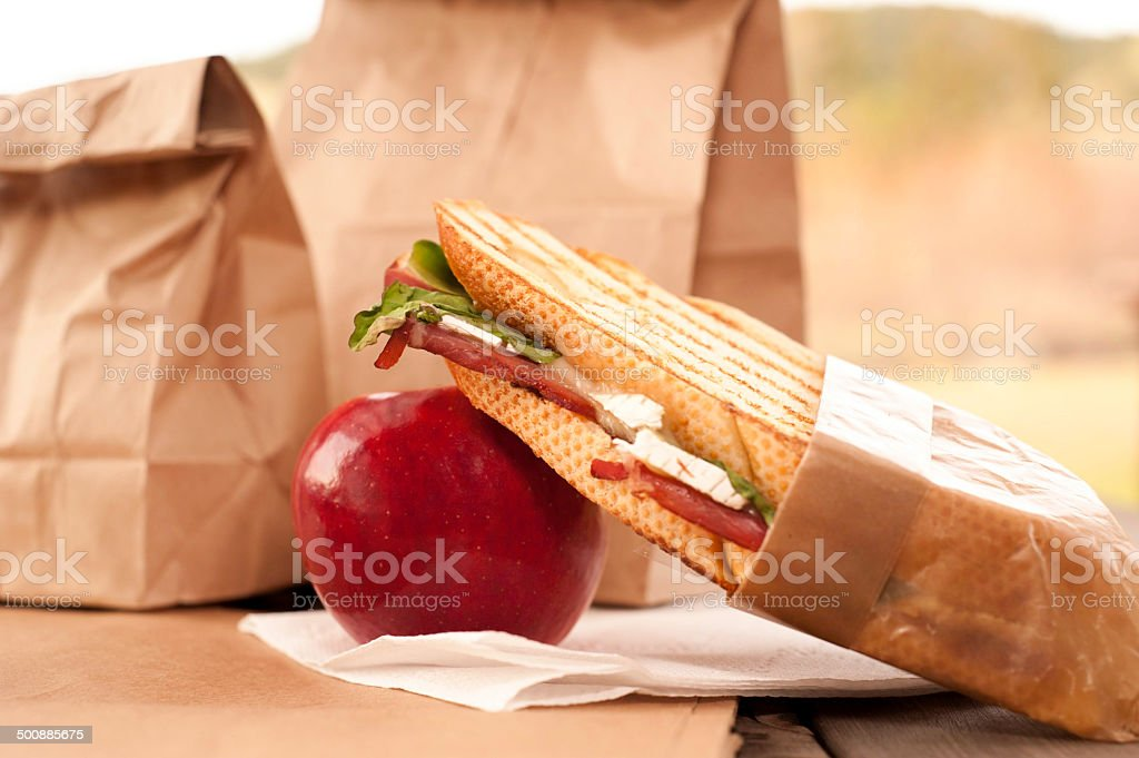 茶色の紙製バッグ昼食アップルストック画像 ロイヤリティフリーストックフォト