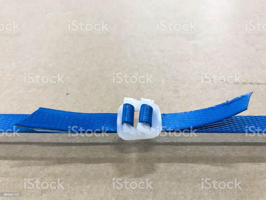 Braunen Pappschachtel Oder Ein Paket Mit Blauem Kunststoffband Oder ...